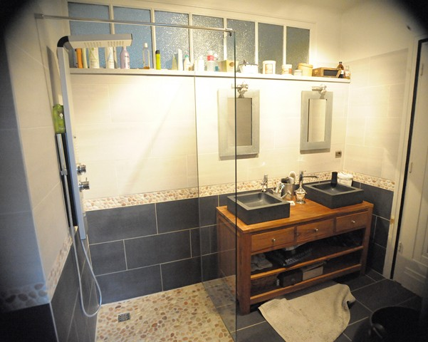 Un espace parental une salle de bain aux mat riaux de for Chambre parentale petit espace